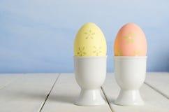 Oeufs de pâques peints dans des tasses Photographie stock libre de droits