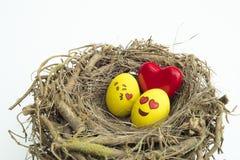 Deux oeufs de pâques peints avec des emojis, un dans l'amour et tout autre kissi Image libre de droits