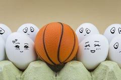 Deux oeufs est affectueusement considérés une boule de basket-ball Images libres de droits