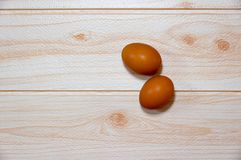 Deux oeufs sur la cuisson de table photographie stock libre de droits