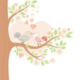 Deux oiseaux de baiser sur l'arbre Photo libre de droits