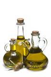 Deux olives vertes et trois bouteilles. photographie stock libre de droits