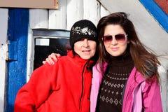 Deux ont équipé des femmes de randonneur étreignant dans une haute montagne Mère et fille Photographie stock