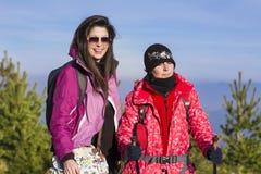 Deux ont équipé des femmes de randonneur riant dans une haute montagne Images libres de droits