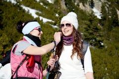 Deux ont équipé des femmes de randonneur riant dans une haute montagne Image libre de droits