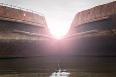 Deux ont abandonné les bateaux rouillés dans le port sur la rivière de Dnieper, Ukraine photo libre de droits