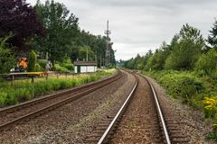 Deux ont abandonné les voies de chemin de fer et le ciel nuageux photos libres de droits