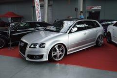 Deux ont accordé des voitures, Audi argenté S3 et Volkswagen Corrado noir Images stock