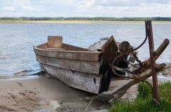 Deux ont accouplé les bateaux en bois sur le rivage de lac Photo libre de droits