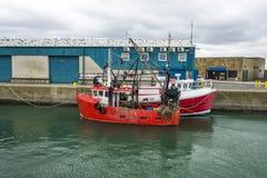 Deux ont amarré de petits bateaux de pêche en Irlande Images libres de droits