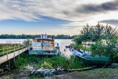 Deux ont amarré des bateaux près d'un ponton, dans la saison d'été vi horizontal Photographie stock libre de droits