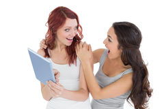 Deux ont choqué de jeunes amis féminins avec le comprimé numérique Photos libres de droits