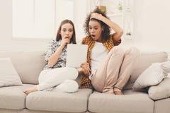 Deux ont choqué les amis féminins à l'aide du comprimé Images libres de droits