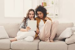Deux ont choqué les amis féminins à l'aide du comprimé Photos stock