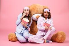 Deux ont effrayé de jolies filles habillées dans des pyjamas Image libre de droits