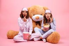 Deux ont excité de jolies filles habillées dans des pyjamas Images stock