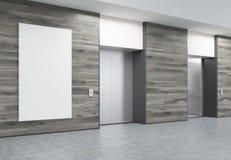 Deux ont fermé des ascenseurs dans le couloir avec les murs et l'affiche en bois Photos libres de droits