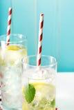 Deux ont glacé des limonades avec de grandes pailles rayées rouges Photo stock