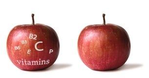 Deux ont isolé les pommes rouges avec la liste de vitamine Photo stock