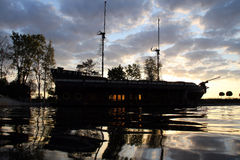 Deux ont mâté le bateau de navigation accouplé dans le port artificiel au matin images stock