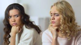 Deux ont offensé les amis féminins s'asseyant séparément, renversement au sujet de querelle, amitié banque de vidéos