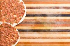 Deux ont préparé le lahmacun turc prêt à cuisiner Images stock