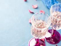 Deux ont refoulé des verres avec le champagne sur le bleu Images libres de droits
