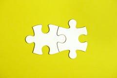 Deux ont relié des morceaux de puzzle denteux Photo libre de droits