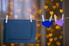 Deux ont tricoté des cadres de coeur et de photo sur la pince à linge Photo stock
