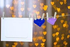 Deux ont tricoté des cadres de coeur et de photo sur la pince à linge Photo libre de droits