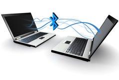 Deux ordinateurs portatifs communiquant sans fil par l'intermédiaire du bluetooth Photo libre de droits