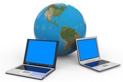 Deux ordinateurs portatifs et terres de globe. Photographie stock libre de droits