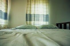 Deux oreillers sur un lit confortable de petite chambre à coucher confortable Photo stock