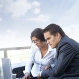 Deux ou trois businesspersons fonctionne à l'extérieur Photo libre de droits