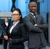 Deux ou trois jeunes businesspersons dans un bureau Images stock