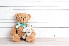 Deux ours de jouet de parent et d'enfant sur le fond en bois blanc PA Photographie stock libre de droits