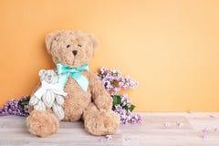 Deux ours de jouet de parent et d'enfant sur le fond jaune Parentho Photographie stock libre de droits
