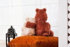 Deux ours de nounours affectueux d'embrassement se reposant sur le fenêtre-filon-couche. Aimez Photographie stock