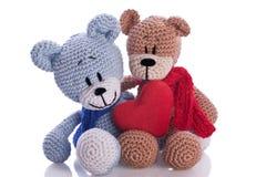 Deux ours de nounours avec l'oreiller rouge de coeur Images stock