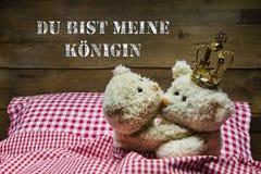 Deux ours de nounours beiges s'étreignant - amour. Photo libre de droits