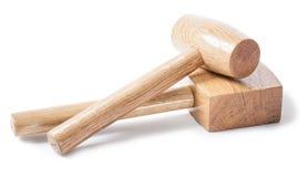 Deux outils en bois de travailleurs du bois de maillets d'isolement sur le bavkground blanc photographie stock