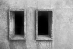 Deux ouvertures de fenêtre sur un mur en pierre du ton monochrome Image libre de droits