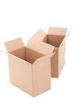 Deux ouvrent les boîtes en carton ondulé brunes au-dessus du blanc Image libre de droits