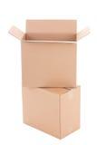 Deux ouvrent les boîtes en carton ondulé brunes d'isolement sur le blanc Images stock