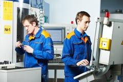 Deux ouvriers à l'atelier d'outil Images libres de droits