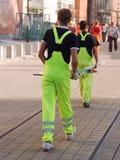 Deux ouvriers avec des signes de route Photos stock