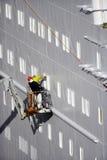 Deux ouvriers de chantier naval sur la récolteuse de cerise image libre de droits