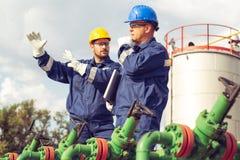 Deux ouvriers discussion et pointage pour l'inspection photo stock