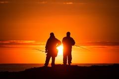 Deux pêcheurs au lever de soleil photo stock
