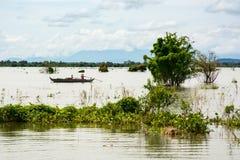 Deux pêcheurs essayant de pêcher quelques poissons sur le lac tone Sap dans le Ca photo stock